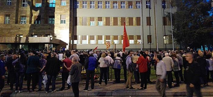 Со шок бомби се растерува толпата народ во Собрание