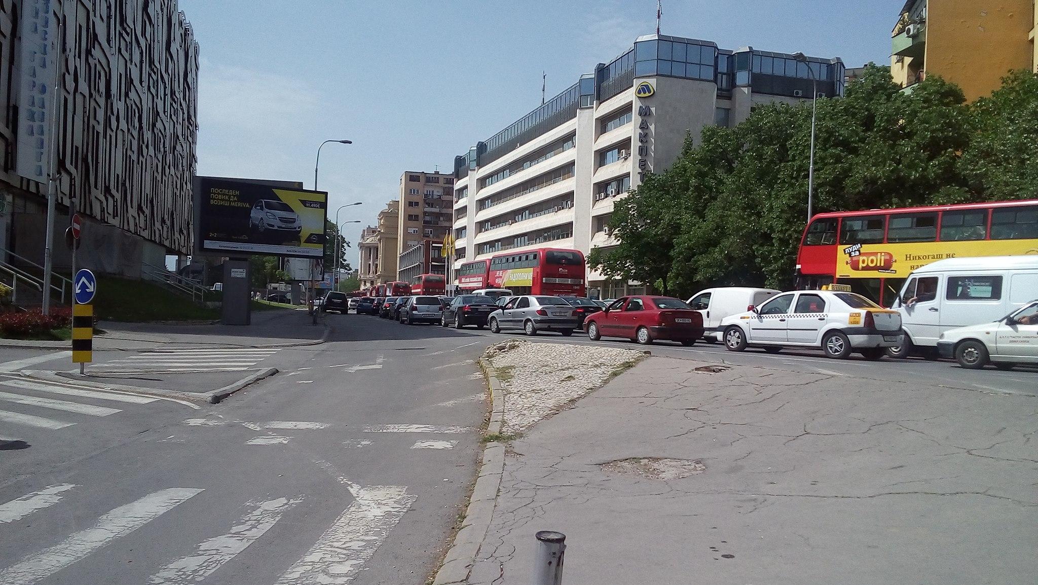 Нервозни возачи и блокирани булевари го парализираа Скопје