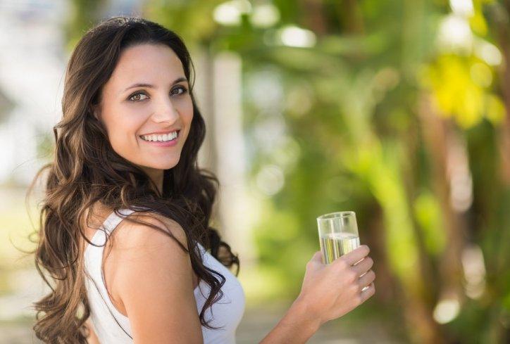 Зошто не е добро да се пие вода стоејќи