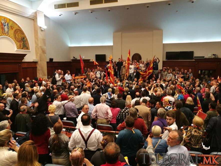 Народот седна на претседателското столче во собрание
