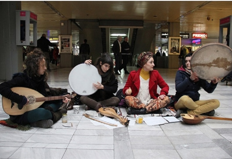 makedonskata-grupa-za-tradicionalni-pesni-perija-ja-voodushevi-publikata-vo-tulon-francija