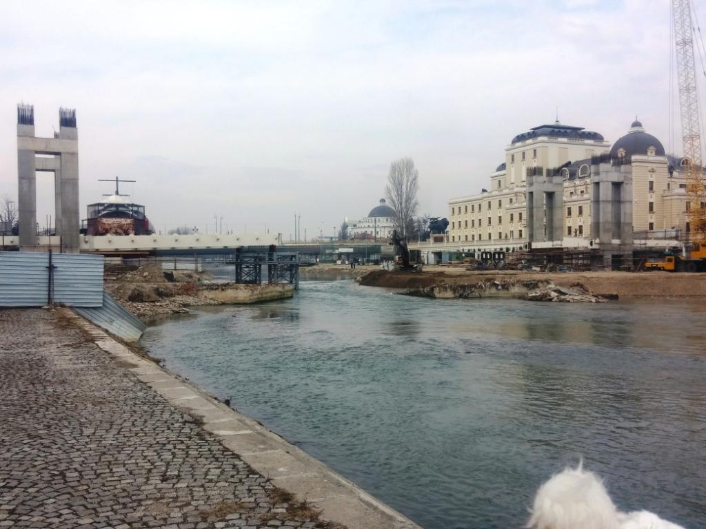 se-montira-peshachkiot-most-napreduva-izgradbata-na-novata-skopska-atrakcija
