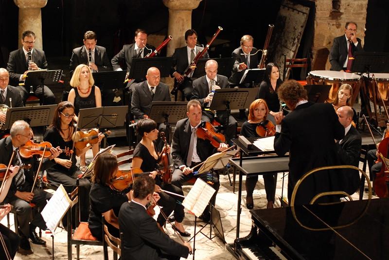 Гротеска    нова филмска музика со Македонската филхармонија