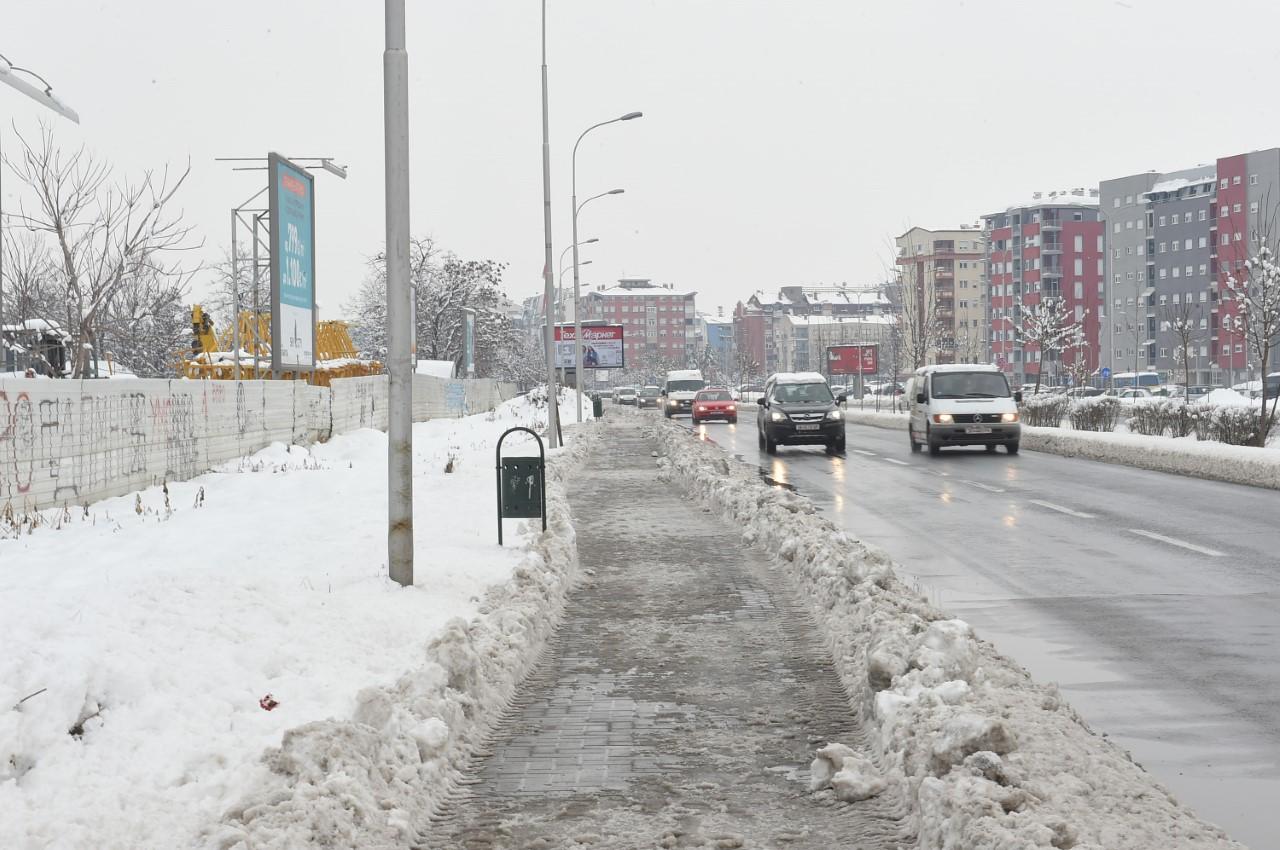 Се чистат тротоарите на градските улици и булевари